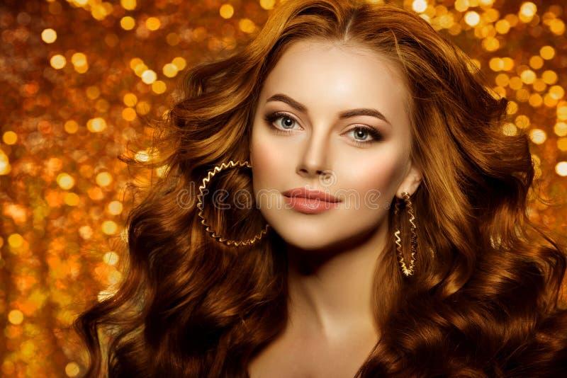 Bella donna dorata di modo, modello con la v lunga sana brillante immagini stock