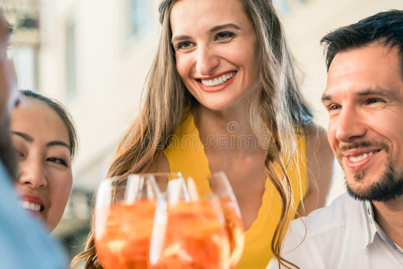 Bella donna e suoi i migliori amici che tostano con una bevanda di rinfresco immagini stock libere da diritti