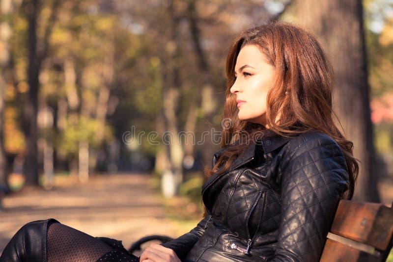 Bella donna elegante che sta nel parco di autunno immagini stock
