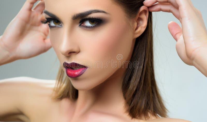 Bella donna elegante Modello esile femminile con le labbra rosse Foto di modo di bella signora Trucco sexy immagini stock libere da diritti