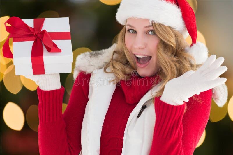 Bella donna emozionante in costume di Santa che tiene un regalo immagini stock