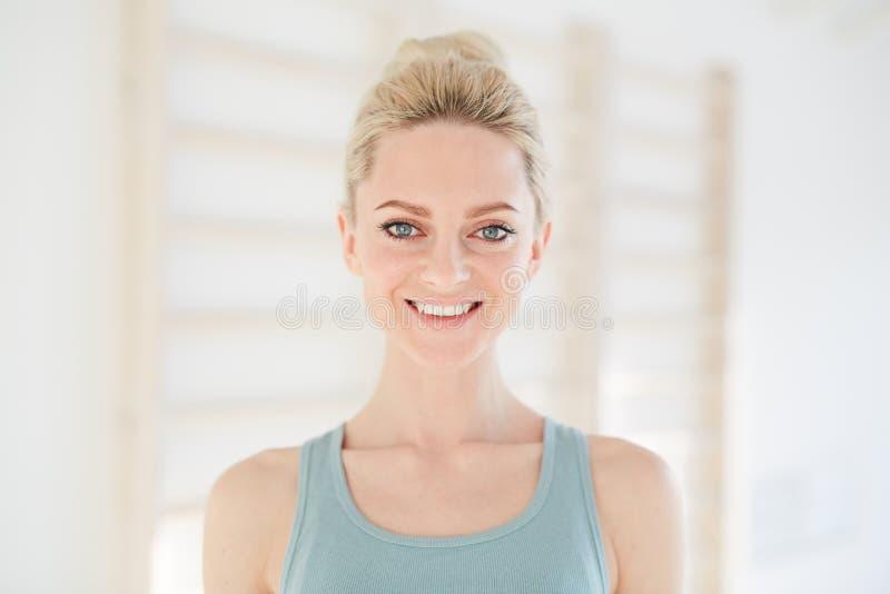 Bella donna esile contenta alla luce immagini stock