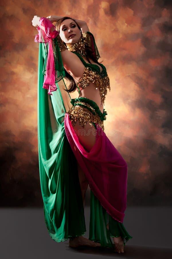 Bella donna esotica del danzatore di pancia immagini stock libere da diritti