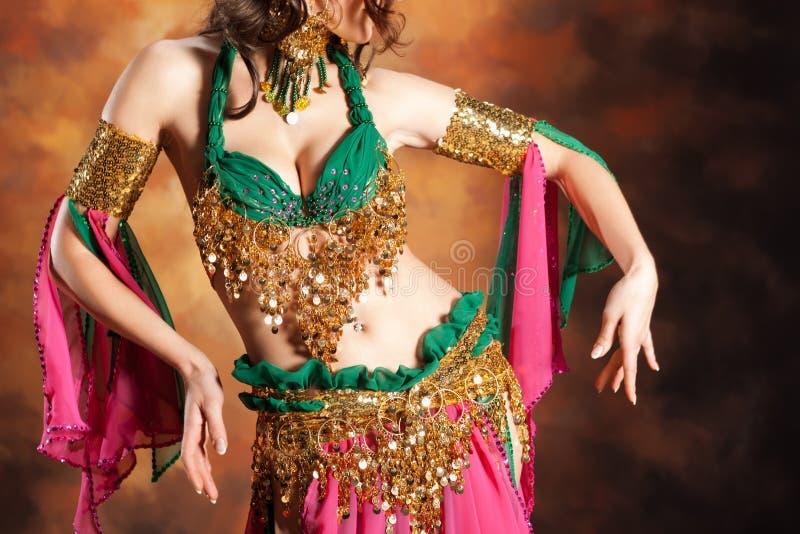 Bella donna esotica del danzatore di pancia fotografia stock libera da diritti