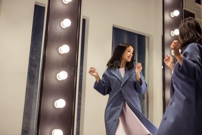 Bella donna felice allo specchio immagine stock