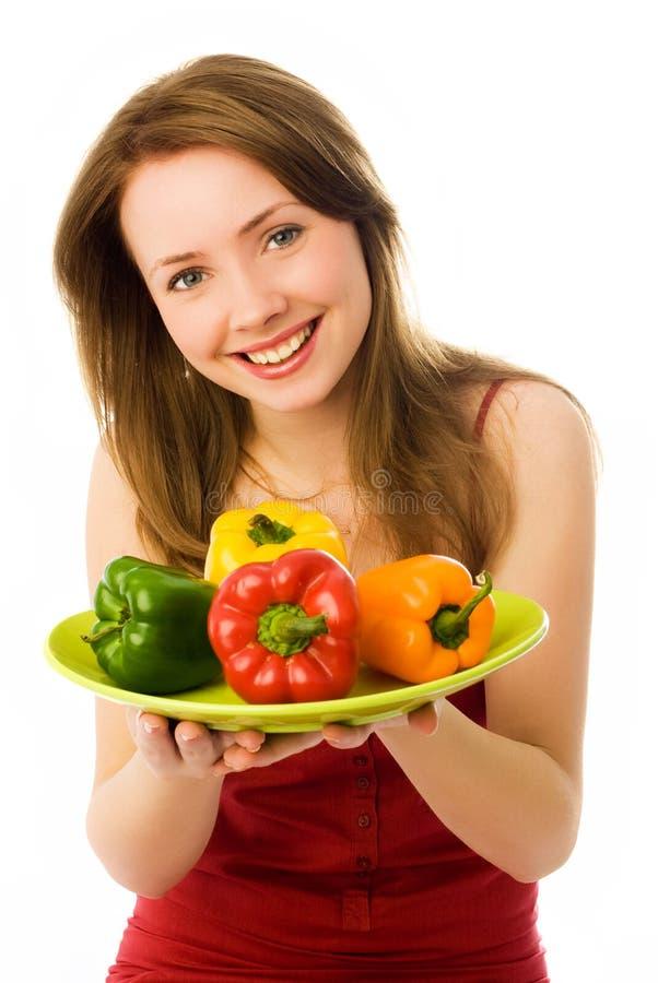 Bella donna felice con i peperoni immagine stock