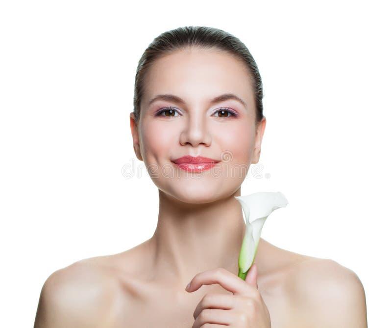 Bella donna felice con il fiore isolato su fondo bianco Concetto facciale di trattamento, di cosmetologia, di bellezza, dello ski immagini stock libere da diritti