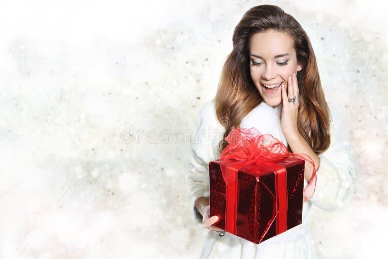 Bella donna felice con il regalo rosso fotografie stock libere da diritti