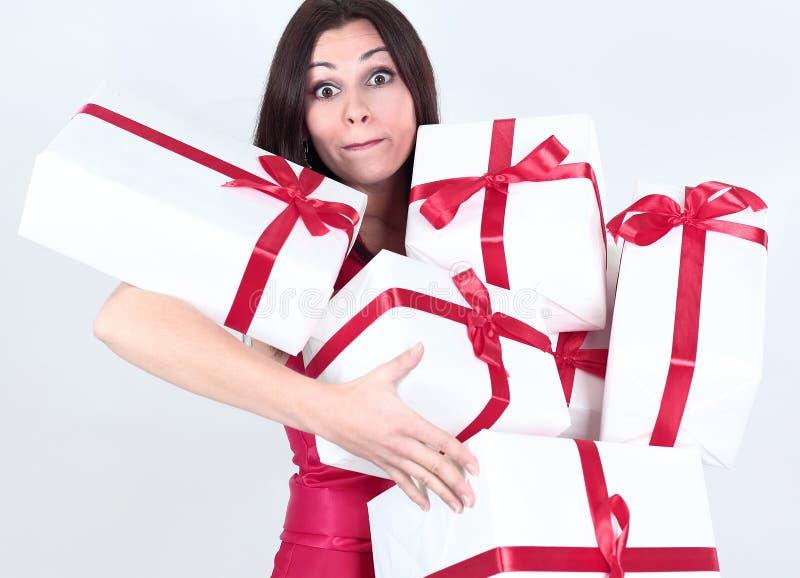 Bella donna felice con molti regali Isolato su una priorità bassa bianca immagini stock libere da diritti