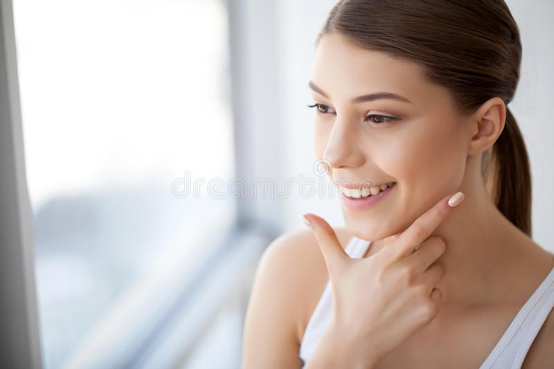 Bella donna felice del ritratto con sorridere bianco dei denti bellezza immagine stock libera da diritti
