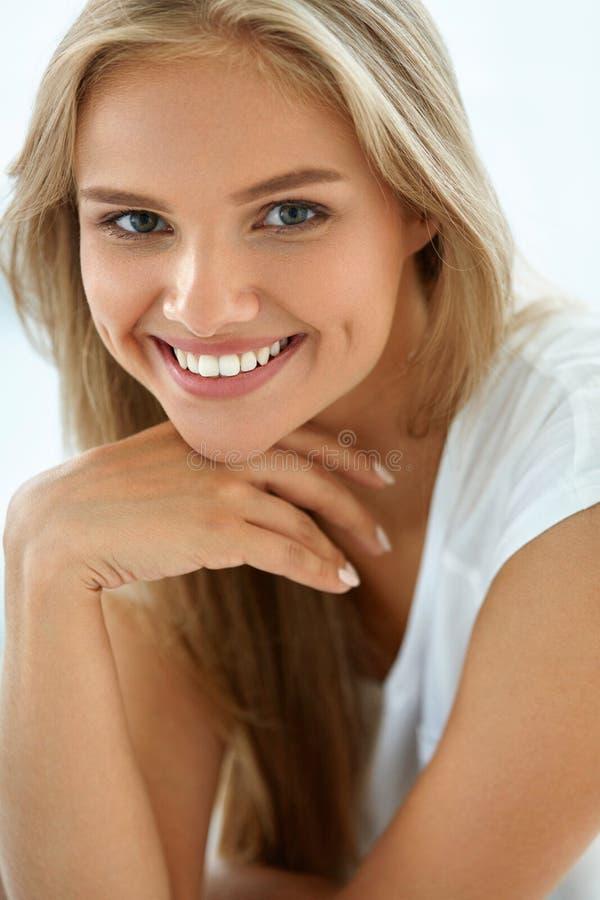 Bella donna felice del ritratto con sorridere bianco dei denti bellezza immagine stock