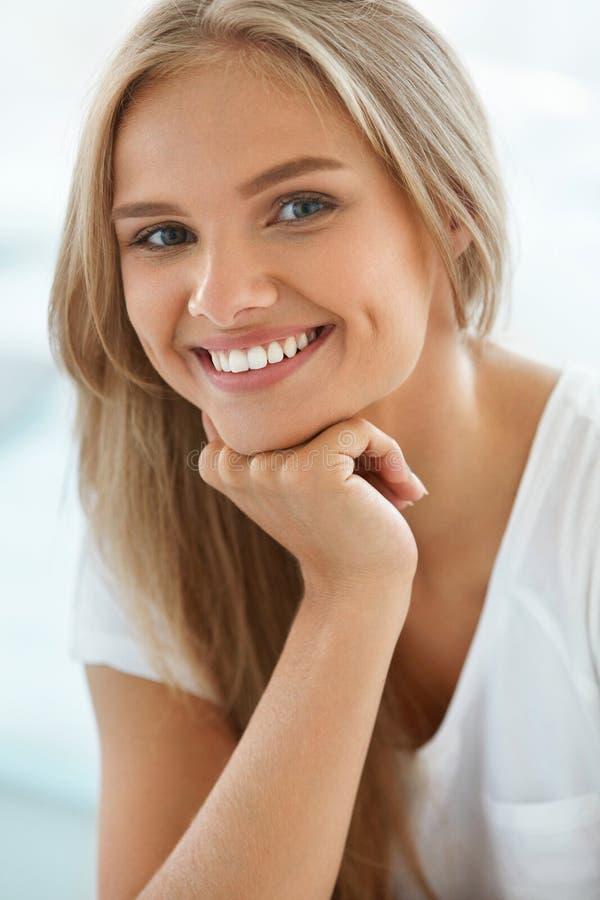 Bella donna felice del ritratto con sorridere bianco dei denti bellezza fotografia stock