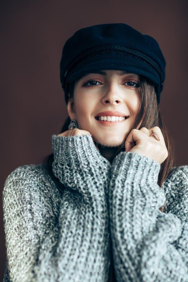 Bella donna felice in maglione caldo della lana fotografia stock