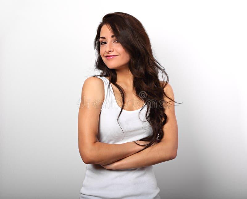 Bella donna felice positiva in camicia con l'AMS piegato e lungamente fotografia stock libera da diritti