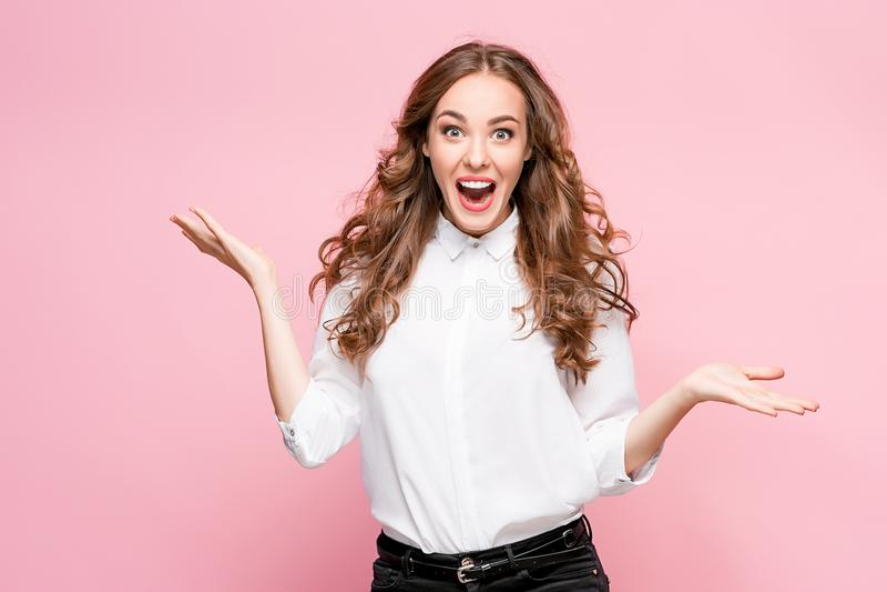 Bella donna felice sorpresa che guarda nell'eccitazione fotografia stock libera da diritti