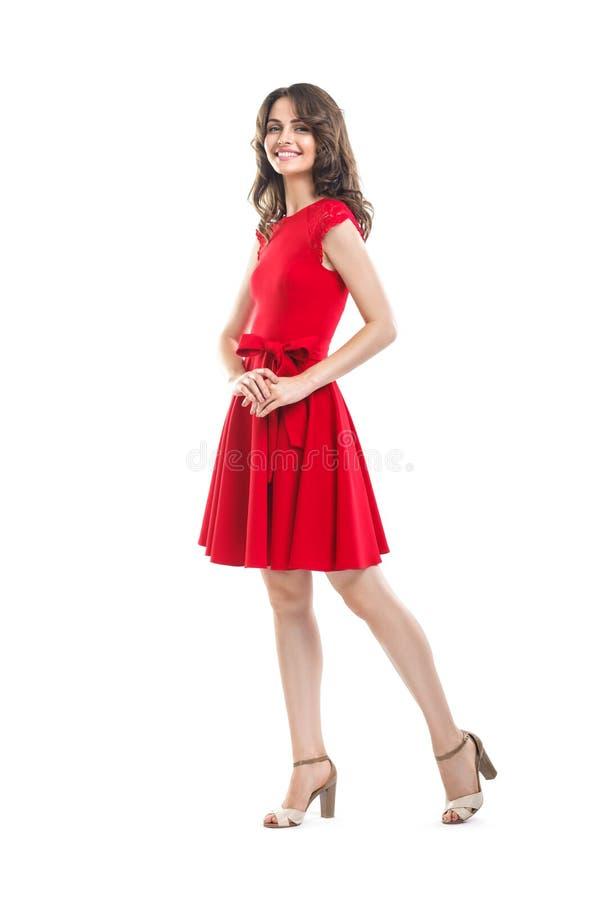 Bella donna felice in vestito rosso isolato su fondo bianco fotografie stock libere da diritti
