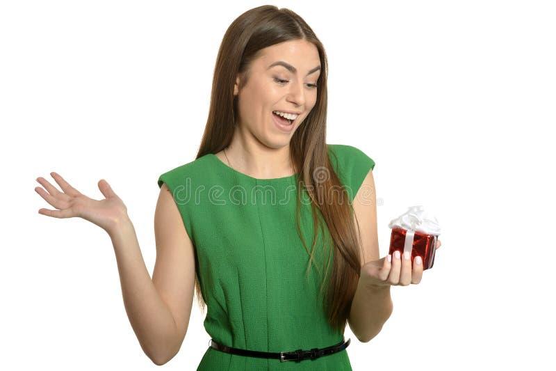 Bella donna felice in vestito verde con il piccolo contenitore di regalo isolato su fondo bianco fotografia stock libera da diritti