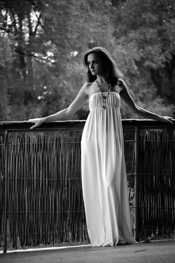 Bella donna Giovane donna graziosa che porta un vestito bianco in una p fotografia stock libera da diritti