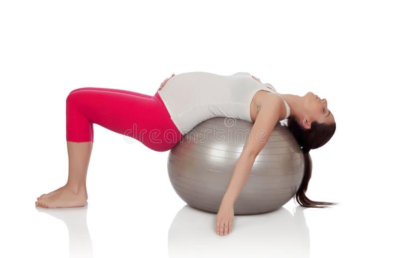 Bella donna incinta che fa esercizio immagine stock