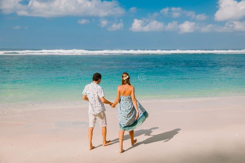 Bella donna incinta con il marito che prevede bambino alla spiaggia tropicale immagine stock libera da diritti
