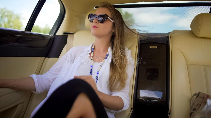Bella donna indipendente che gode del viaggio dell'automobile sulla vacanza, viaggiatore di affari immagini stock libere da diritti