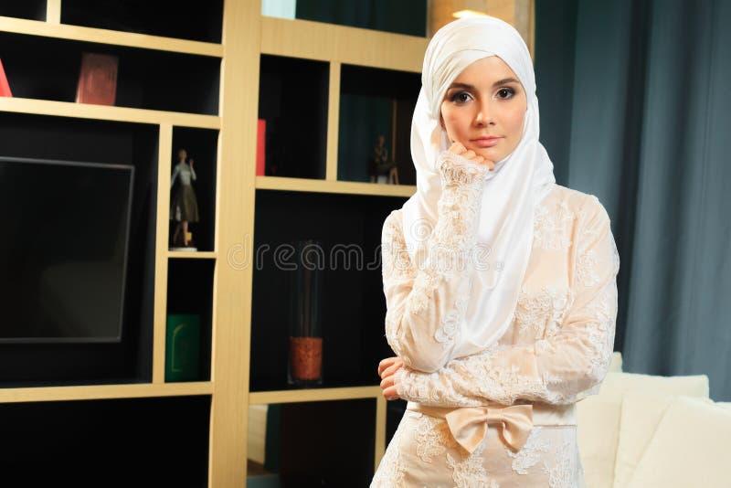 Bella donna islamica in vestito da sposa tradizionale, a casa fotografia stock