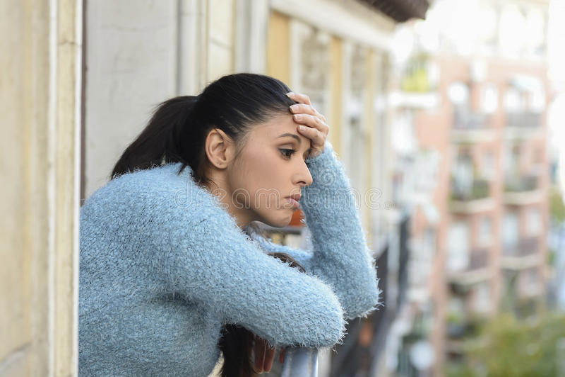 Bella donna ispanica triste e disperata che soffre premuroso di depressione frustrato fotografia stock
