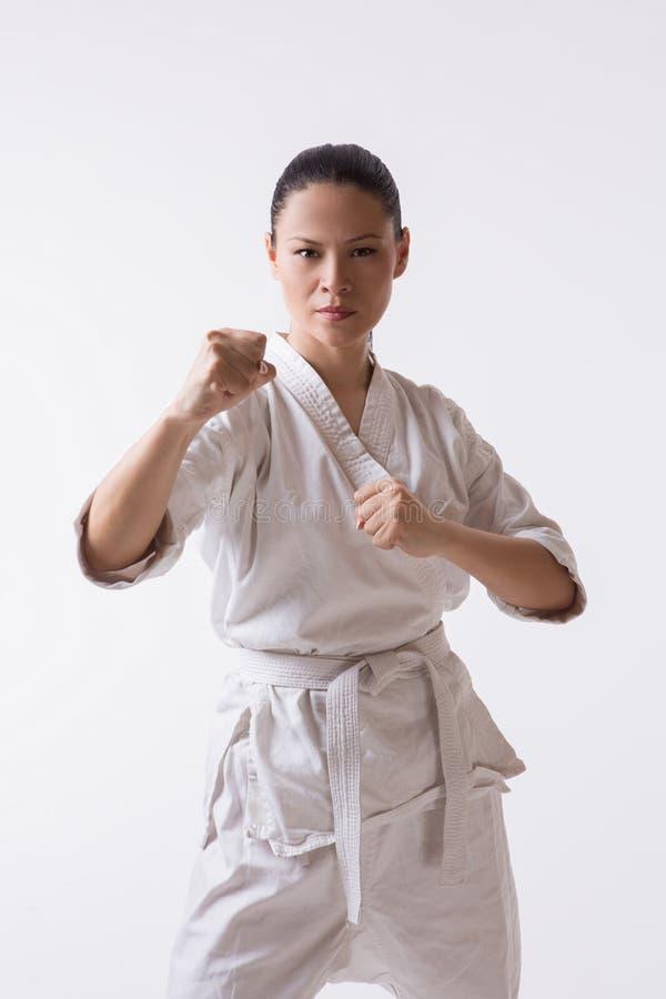 Bella donna in kimono su bianco immagini stock libere da diritti