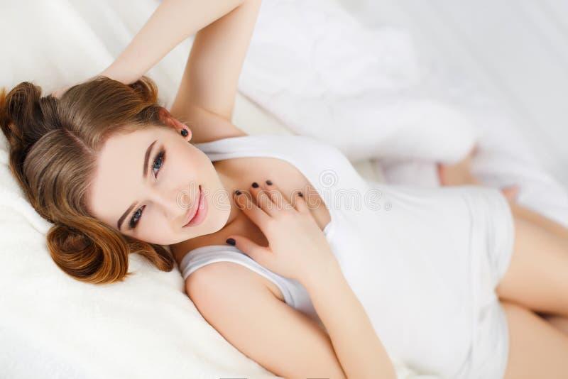Bella donna a letto di mattina immagine stock libera da diritti