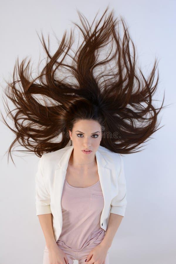 Bella donna lunga dei capelli che mette su pavimento fotografia stock libera da diritti