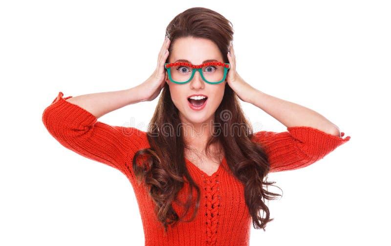 Bella donna in maglione rosso fotografie stock