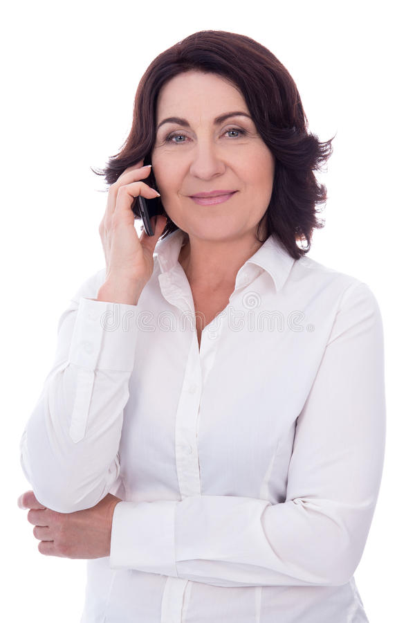 Bella donna matura che parla sul telefono isolato su bianco immagine stock