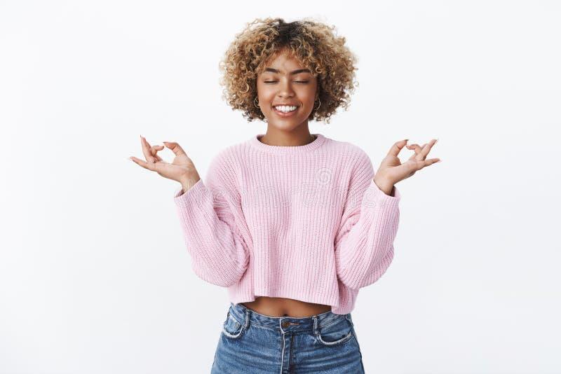 Bella donna moderna alla moda allegra felice che si rilassa con sorridere di meditazione contentissimo e freddo con gli occhi chi fotografia stock