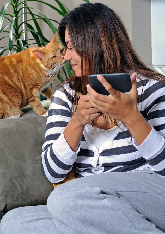 Bella donna multiracial che ottiene un bacio - gatto fotografia stock libera da diritti