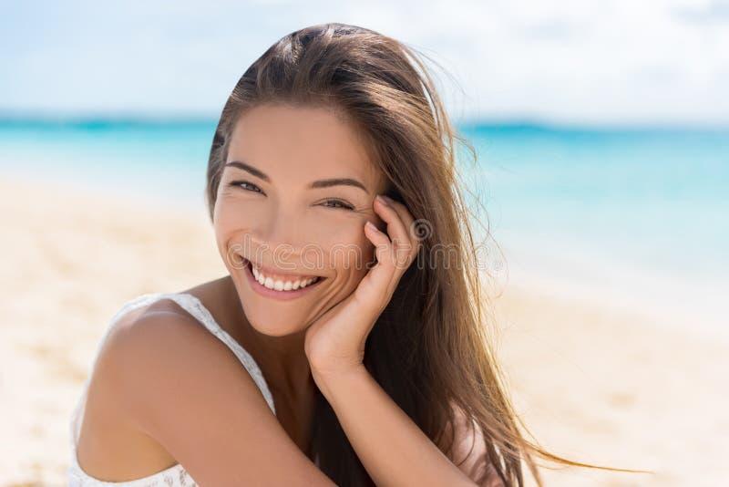 Bella donna multirazziale asiatica in buona salute sulla spiaggia fotografie stock