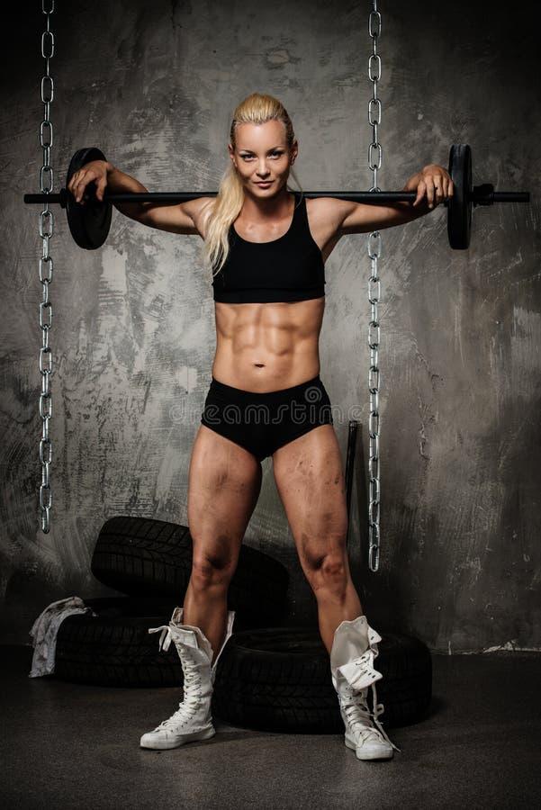 Bella donna muscolare del culturista immagine stock