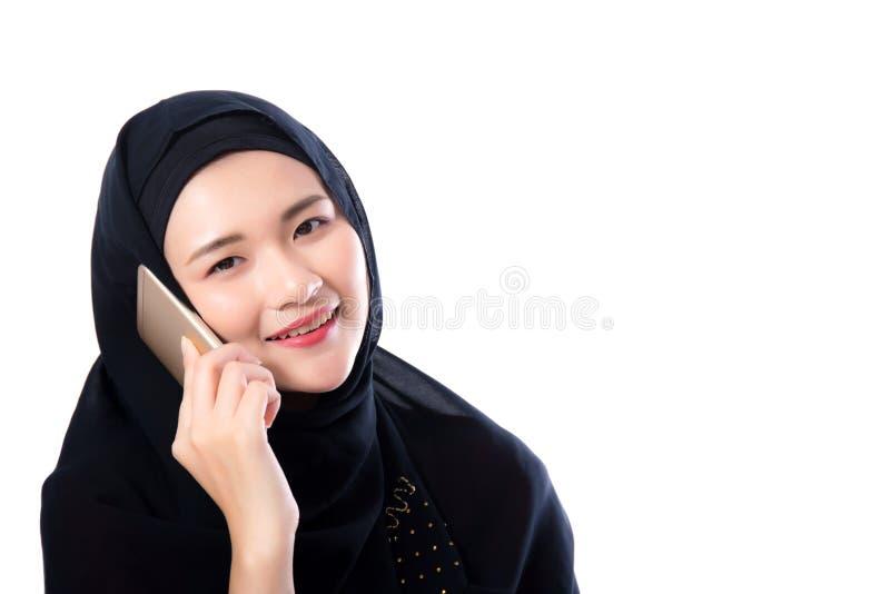 Bella donna musulmana che parla sul telefono isolato fotografia stock libera da diritti
