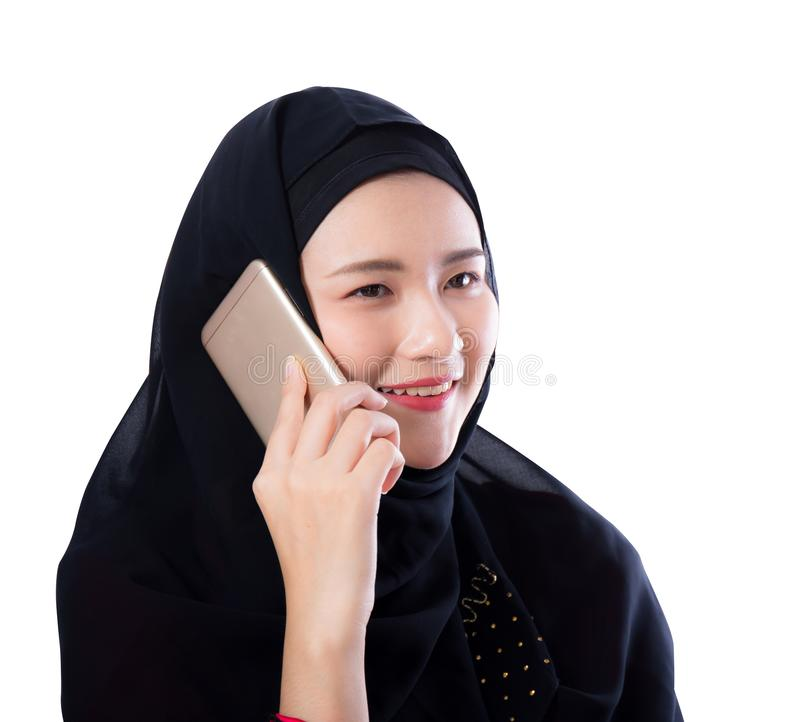 Bella donna musulmana che parla sul telefono isolato immagine stock