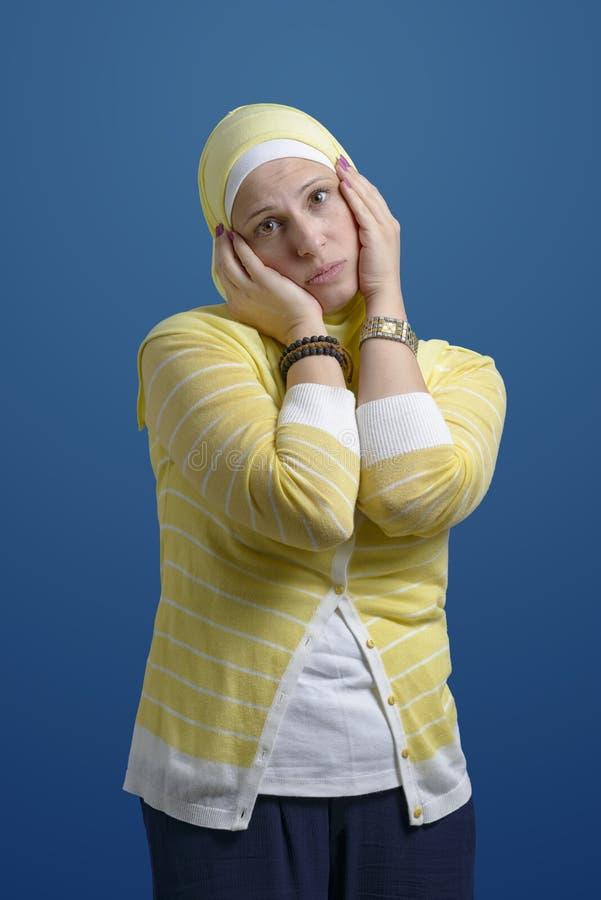 Bella donna musulmana moderna che esprime tristezza fotografia stock libera da diritti
