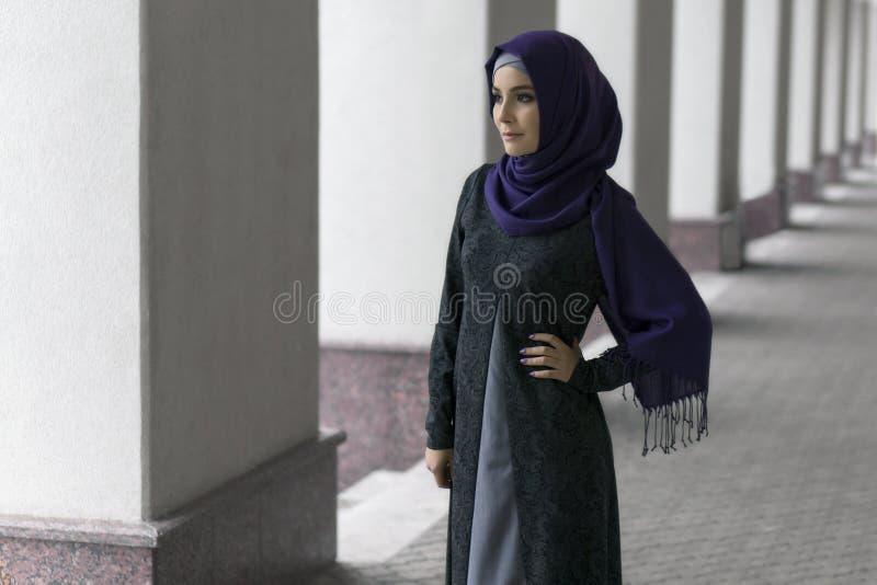 Bella donna musulmana nel hijab sulla via della città fotografia stock libera da diritti