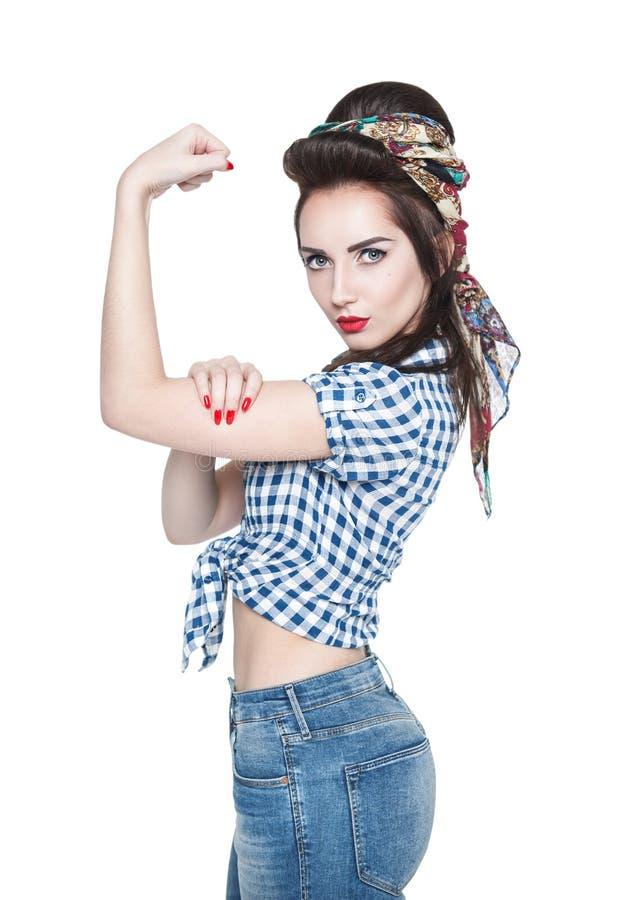 Bella donna nel retro stile del pinup con il gesto potente noi Ca fotografia stock
