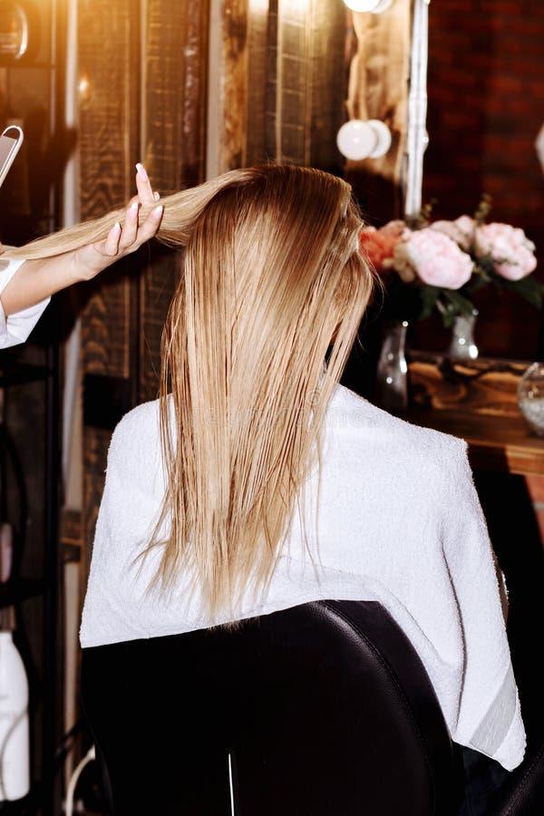 Bella donna nel salone di capelli fotografie stock libere da diritti