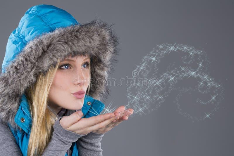 Bella donna nel salto dei vestiti di inverno immagini stock