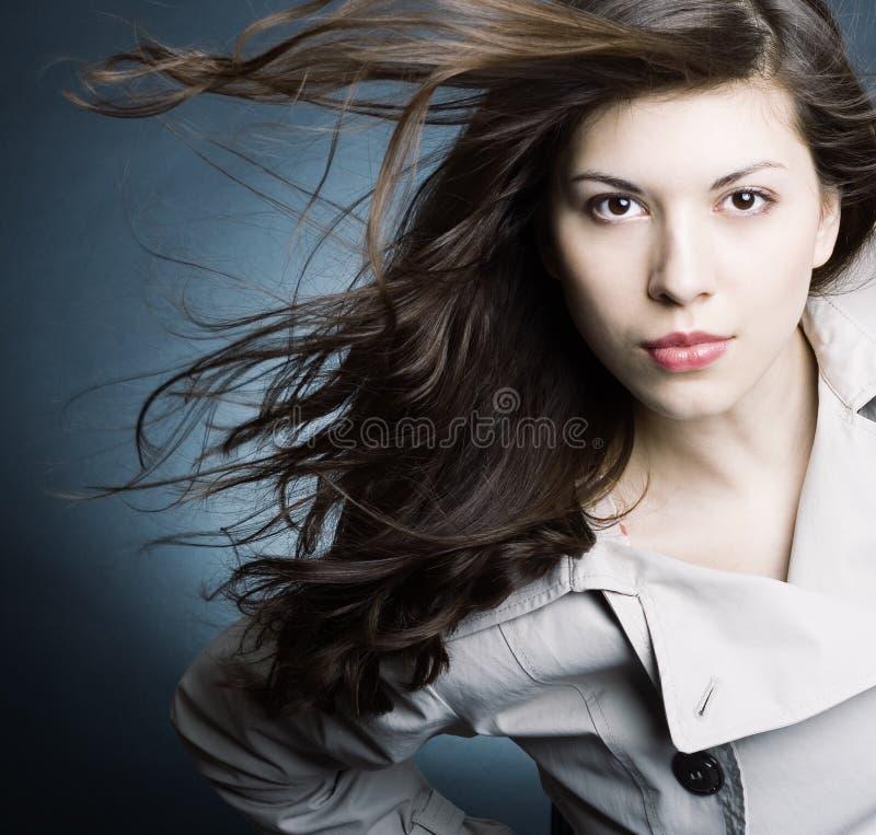 Bella donna nell'impermeabile fotografie stock libere da diritti