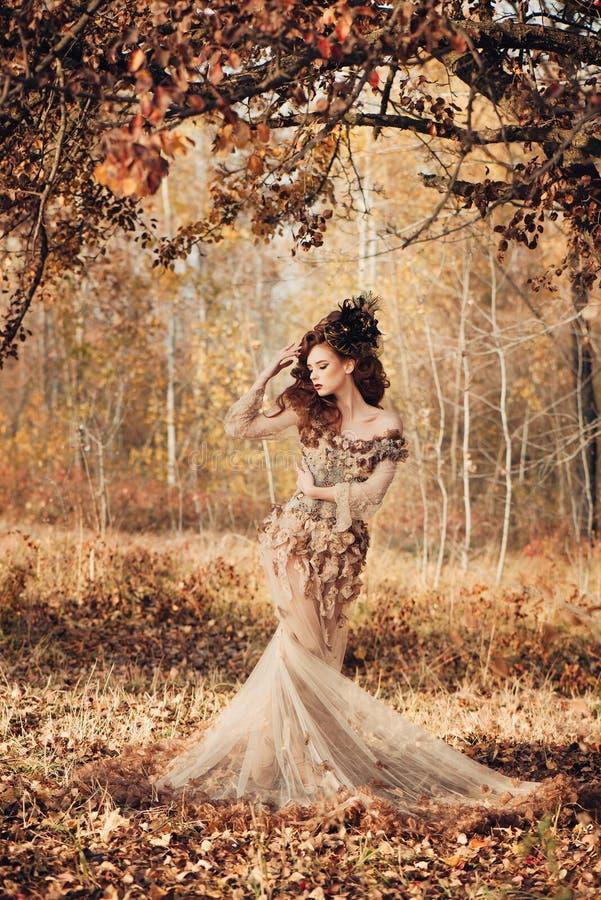 Bella donna nella foresta di autunno fotografia stock