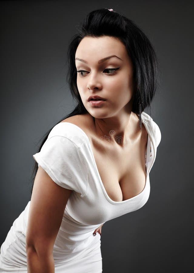 Bella donna nella posa di fascino immagini stock