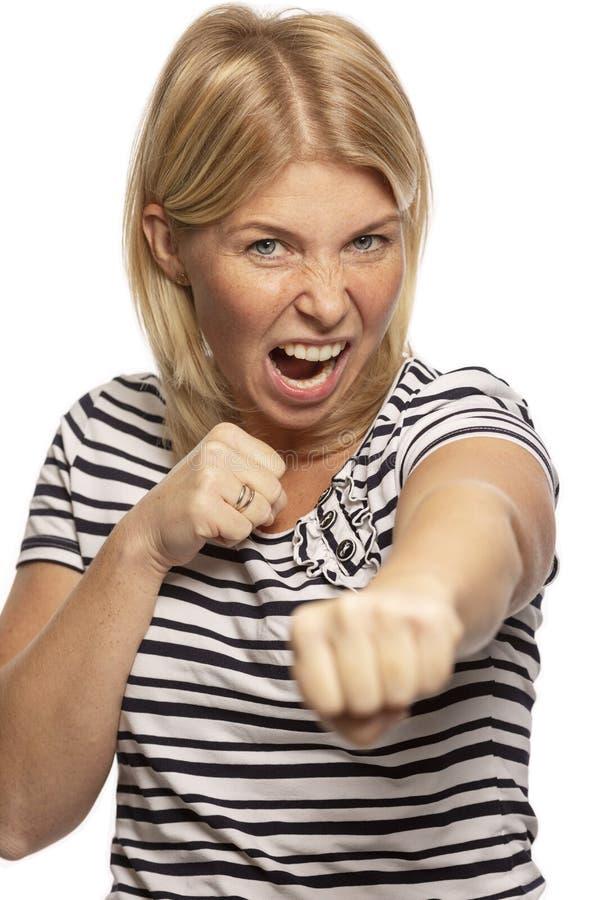 Bella donna nella posizione combattente, primo piano immagini stock libere da diritti