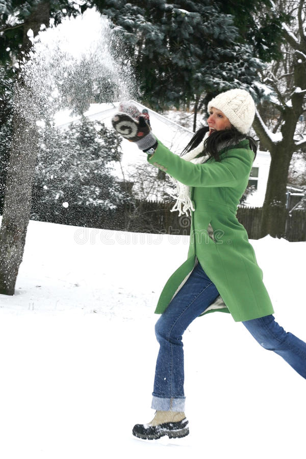 Bella donna nella regolazione di inverno fotografie stock