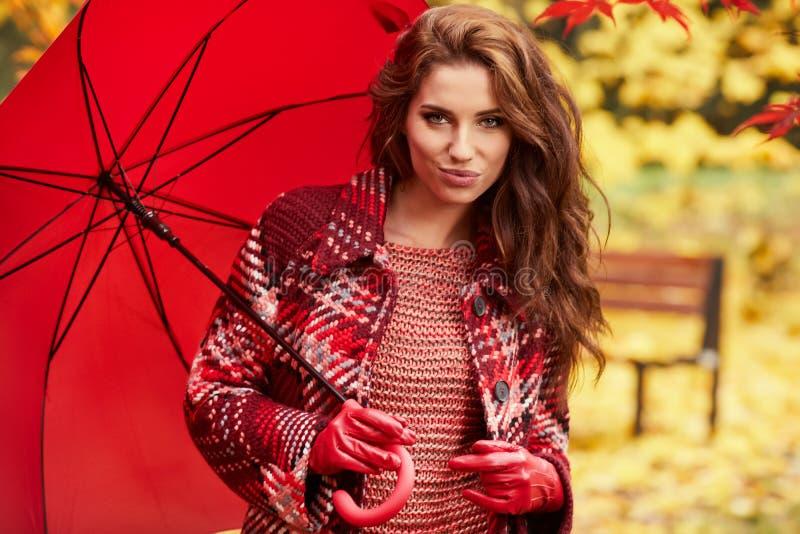 Bella donna nella sosta di autunno fotografia stock libera da diritti