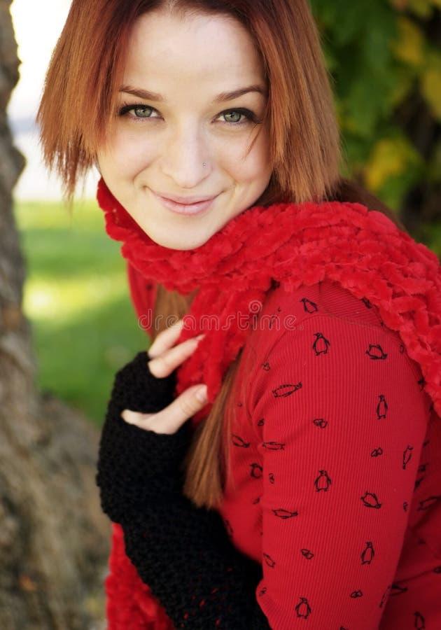 Bella donna nella stagione di caduta fotografia stock libera da diritti
